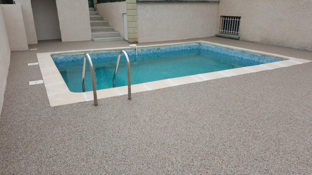 plage-piscine-moquette-pierre